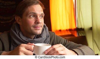 porter, thé, jeune, cafe., boire, sourire, écharpe, homme