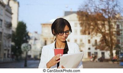 porter, ville, marche, femme, autour de, business, jeune regarder, quoique, documents, café, verres potables