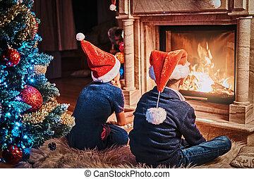 porter, vivant, soeur, salle, chapeaux, dos, santa, frère, noël., vue, décoré, suivant, cheminée, chauffage