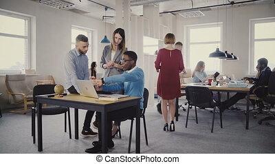 portion, femme, bureau, pdg, ordinateur portable, moderne, screen., regarder, confiant, 4k., collaboration, mélangé, mâle, ethnicité, collègues