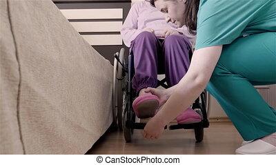 portion, femme, elle, fauteuil roulant, lit, handicapé, aîné, mettre, infirmière