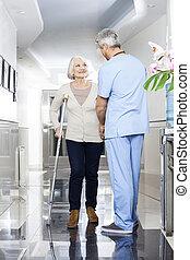 portion, kinésithérapeute, personne agee,  patient, béquilles