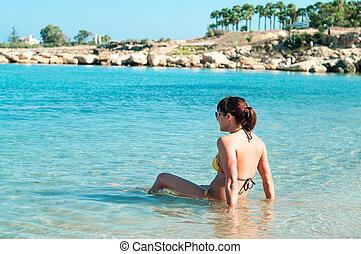 porträt, junger, bikini, glückliche frau, sitzen, shoreline., copyspace