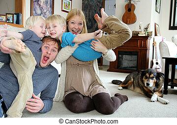 porträt, lustiges, glückliche familie, daheim