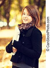 porträt, rothaarige, m�dchen, an, draußen, mit, laptop., autumn.