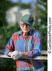 porträt, von, ältere frau, in, kleingarten