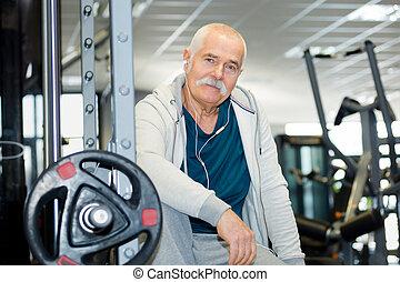 porträt, von, älterer mann, in, turnhalle