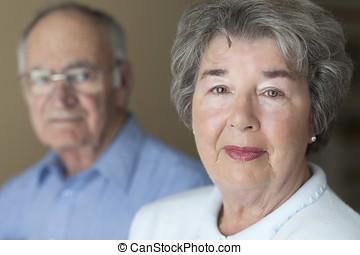 porträt, von, a, älter, ehepaar.
