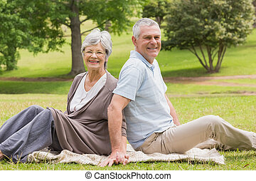 porträt, von, a, ältere paare, sitzen