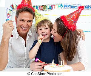 porträt, von, a, familie, feiern, wenig, jungen, geburstag