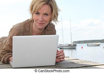 porträt, von, a, frau, mit, laptop