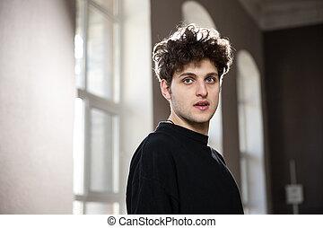 porträt, von, a, hübsch, junger mann, anschauen kamera