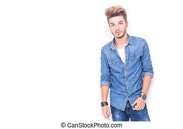 porträt, von, a, junger, beiläufig, mann, in, jeans, kleidung