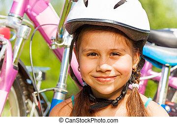 porträt, von, a, junges mädchen, in, helm, mit, fahrrad