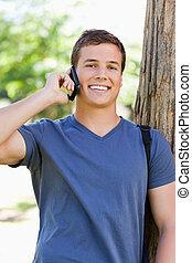 porträt, von, a, muscled, junger mann, telefon