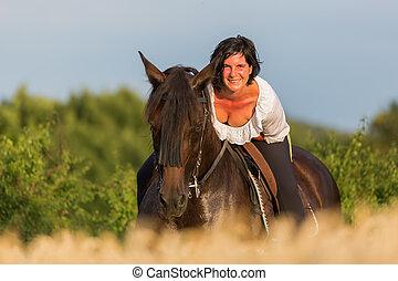 porträt, von, a, reife frau, auf, ein, andalusian, pferd