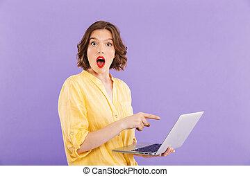 porträt, von, a, schockiert, junge frau, zeigen, laptop