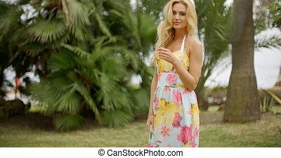 porträt, von, blond, frau, in, tropische , ort