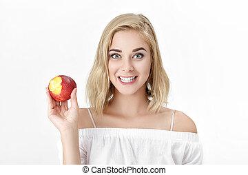 porträt, von, blond, frau, mit, weiße zähne, essende, frisch, nectarine., weibliche , lächeln