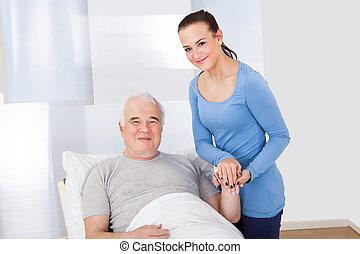 porträt, von, caregiver, tröster, älterer mann