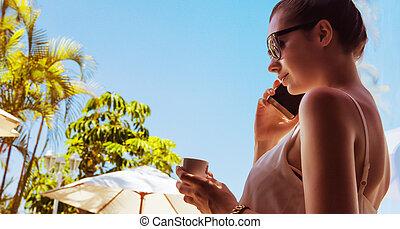 porträt, von, ein, attraktive, frau, trinken, a, bohnenkaffee