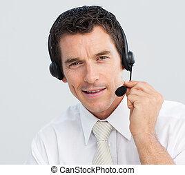 porträt, von, ein, attraktive, geschäftsmann, arbeitende , in, a, anruf- mitte