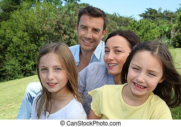 porträt, von, familie, sitzen, park