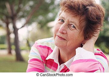 porträt, von, glücklich, ältere frau