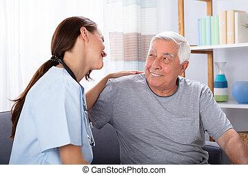 porträt, von, glücklich, älterer mann, und, krankenschwester