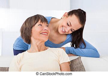 porträt, von, glücklich, caregiver, mit, ältere frau