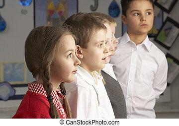 porträt, von, gruppe, von, hauptsächlich, schulkinder, stehende , in, klassenzimmer