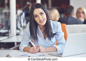 porträt, von, hübsch, geschäftsfrau, arbeitende , in, büro, und, aussehen, beschäftigt, während, machen, a, merkzettel, auf, der, notizbuch