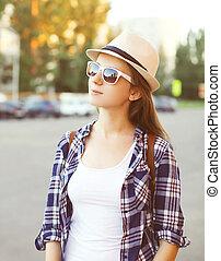 porträt, von, hübsch, junge frau, tragen, a, sonnenbrille, und, strohhut, in, übersommern tag