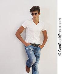 porträt, von, hübsch, junger mann, tragende sunglasses