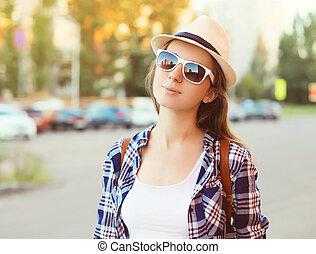 porträt, von, hübsche frau, tragen, a, sonnenbrille, und, strohhut, in, übersommern tag