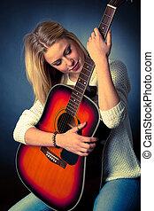 porträt, von, junger, blond, gitarre spieler, frau