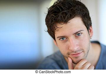 porträt, von, junger mann, anschauen kamera