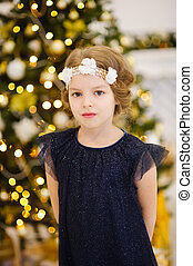 porträt, von, kleines mädchen, bei, der, weihnachten, baum.