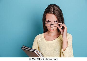 porträt, von, klug, nachdenklich, m�dchen, in, brille, denken, über, etwas