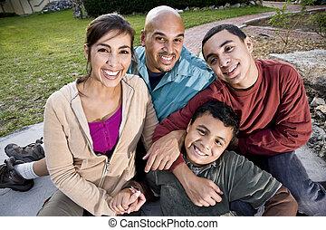 porträt, von, lateinamerikanische familie, draußen