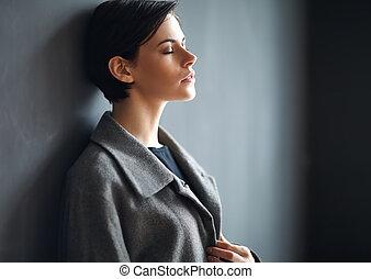 porträt, von, muede, schöne frau, auf, dunkler hintergrund