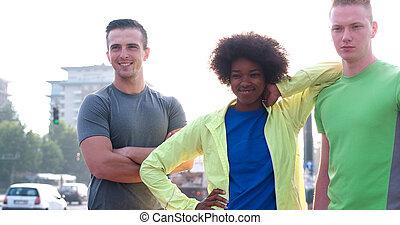 porträt, von, multiethnische gruppe, von, junge leute, auf, der, jogging