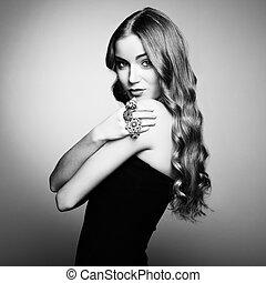 porträt, von, schöne , blond, frau, in, schwarzes kleid