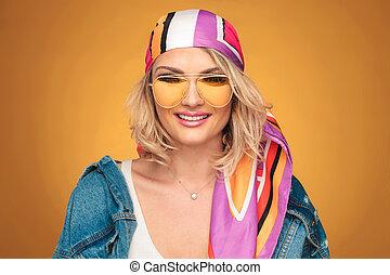 porträt, von, schöne , blond, frau, mit, bunte, ausrüstung, lächeln