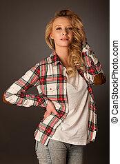 porträt, von, schöne , junger, kaukasier, blond, frau, in, beiläufig, contemporarry, kleiden