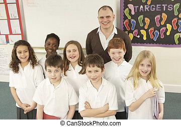 porträt, von, schulkinder, stehende , in, klassenzimmer