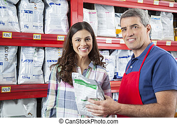 porträt, von, verkäufer, assistieren, kunde, in, kaufen, hätscheln speise