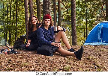 porträt, von, wanderer, paar, -, hübsch, lockig, kerl, und, bezaubern, m�dchen, sitzen zusammen, in, der, forest.