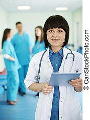 porträt, von, weiblicher doktor, mit, medizinalassistenten, in, hintergrund
