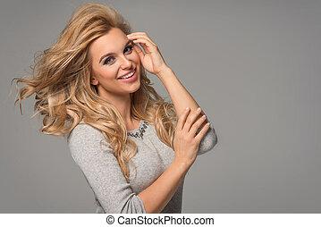 porträt, von, wunderbar, junger, blond, frau, mit, langes haar, anschauen kamera, lächeln.